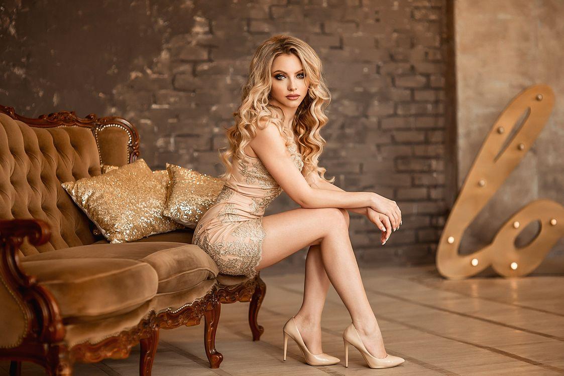 Фото бесплатно Екатерина Зорина, женщины, портрет, блондинка, сидя, брюнетка, платье, высокие каблуки, кушетка, волнистые волосы, девушки