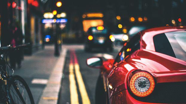 Ferrari у тротуара