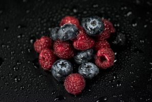Заставки малина,черника,ягоды,капли,raspberries,blueberries,berries