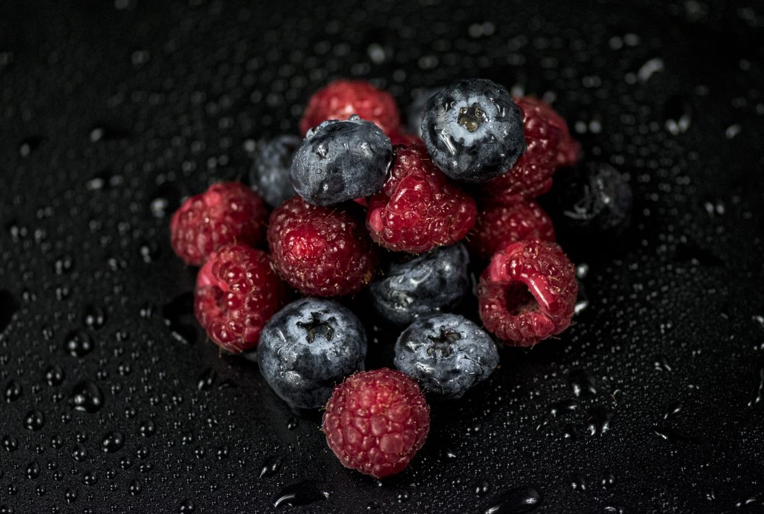 Фото бесплатно малина, черника, ягоды, капли, raspberries, blueberries, berries, drops, еда