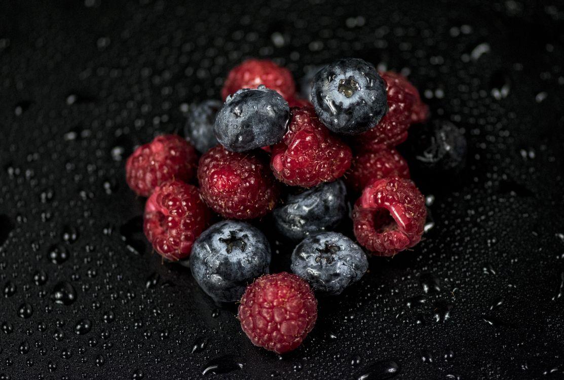 Фото бесплатно малина, черника, ягоды, капли, raspberries, blueberries, berries, drops, еда - скачать на рабочий стол