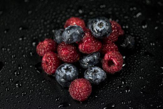 Бесплатные фото малина,черника,ягоды,капли,raspberries,blueberries,berries,drops
