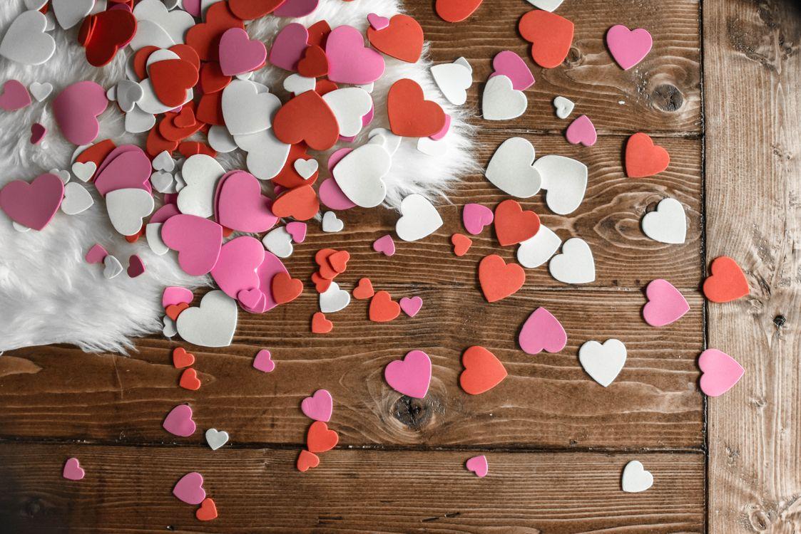 Разноцветные сердечки · бесплатная заставка