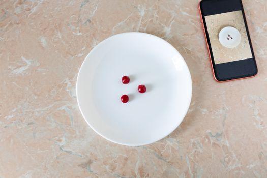 Вишня на тарелке