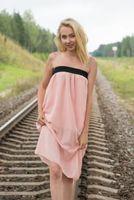 Бесплатные фото женщины,блондинка,железная дорога,камни,трава,платье,eroticbeauty