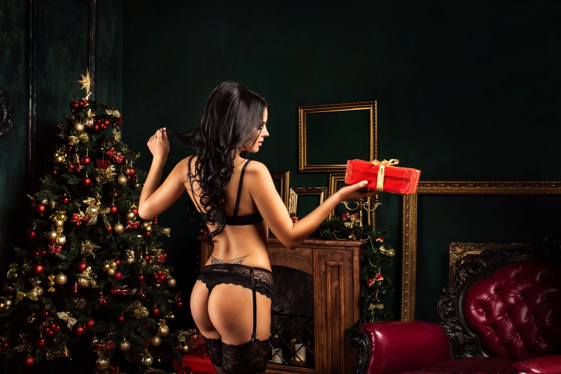 Фото бесплатно Новый год, елка, украшения, ёлочные игрушки, новогодняя ёлка, девушка, модель, красотка, Интерьер, новогодний интерьер, огни, иллюминация, новогодние обои, подарки, новогодняя девушка, девушки