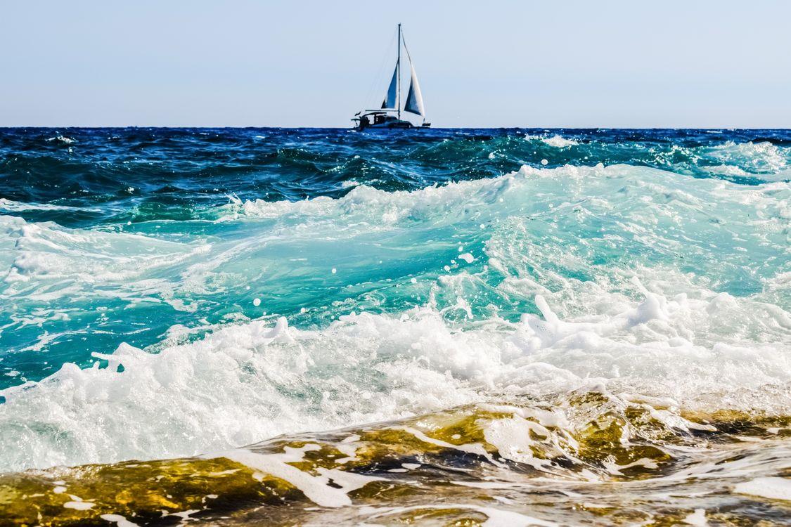 Фото бесплатно волны, парусник, береговая линия - на рабочий стол