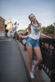 Заставки Дмитрий Шульгин,городские,джинсовые шорты,женщины,модель,женщины на открытом воздухе,косы,кроссовки,голубые глаза,длинные волосы,блондинка,Dmitry Shulgin