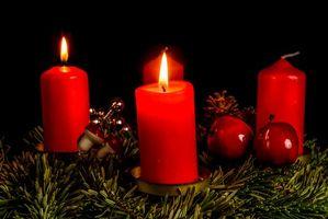 Бесплатные фото новогодняя ёлка,свечи,новогодние украшения,новый год