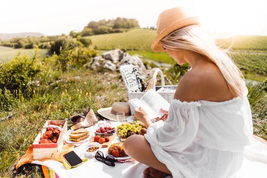 Photo free female, picnic, blonde girl