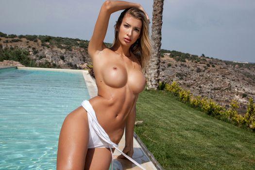 Бесплатные фото claudia,сексуальность,красота,модель,девушка,сиськи,крупный план,бассейн,смазанные маслом,загорелые,топлесс,большие сиськи