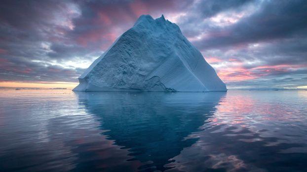 Заставки айсберг, океан, темные облака