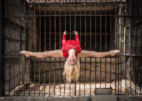 Бесплатные фото клетка,упражнения,сила,танцорша,красный купальник,ноги,светлые волосы