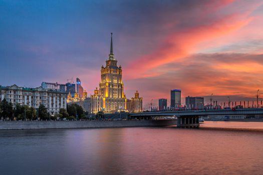 Заставки Гостиница Рэдиссон Ройал, Новоарбатский мост на закате, Москва