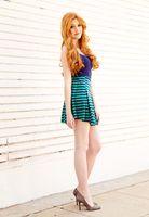 Бесплатные фото Кэтрин Макнамара,рыжий,глядя на зрителя,ноги,высокие каблуки,юбку,волнистые волосы