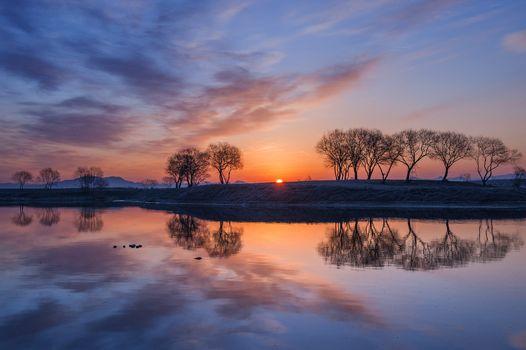 Осенний закат солнца у реки