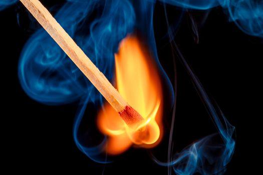 Спичка и пламя · бесплатное фото