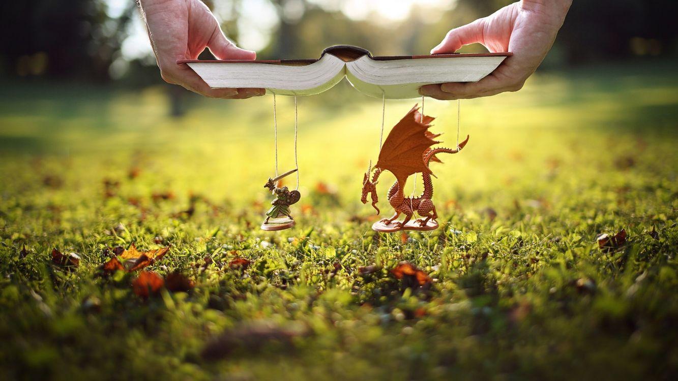 Фото бесплатно природа, манипуляция фотографией, руки, книги, дракон, трава, воин, миниатюры, игрушки, глубина резкости, поле, листья, боке, рыцарь, меч, настроения