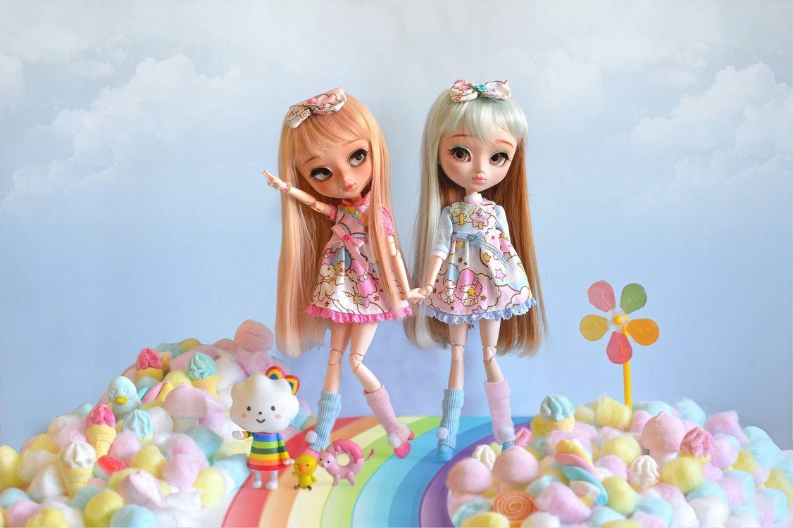 Куклы и тропинка из радуги · бесплатное фото