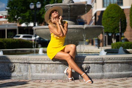 Фото бесплатно девушка, жёлтое платье, платье