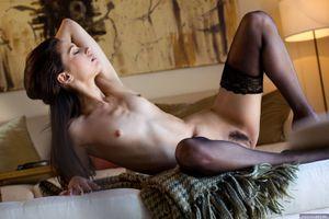 Джорджия Джонс выставляет ее красивое тело