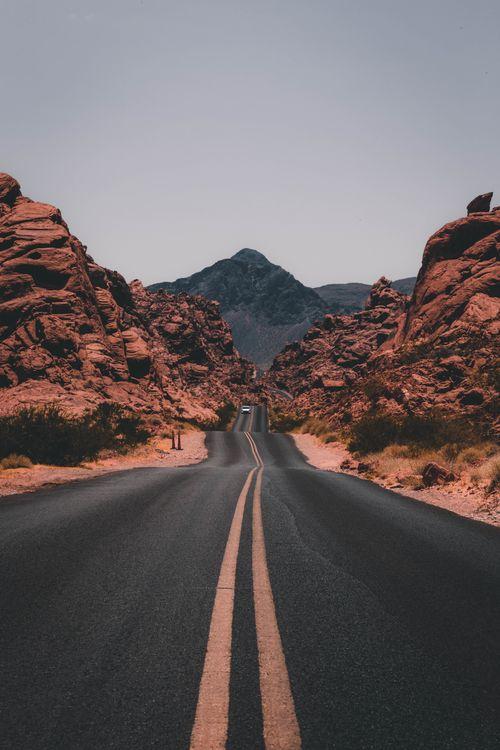 Фото бесплатно пейзаж, скалы, дорога, автомобиль, растения, долина пожара государственный парк, США, скала, долина, пейзажи