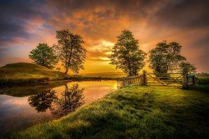 Фото бесплатно закат, поле, пруд, озеро, холм, забор, деревья, пейзаж