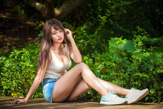 Photo free woman, brown haired, legs