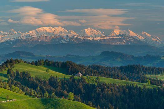 Бесплатные фото горы,холмы,деревья,домики,дорога,Швейчария,пейзаж