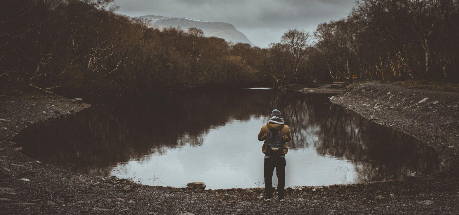 Фото бесплатно человек, пруд, облачно, деревья, мрачный, man, pond, cloudy, trees, gloomy, разное
