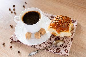 Кофе с булкой · бесплатное фото