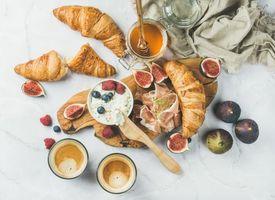 Заставки круассаны, бекон, малина, ягоды, черника, рикотта, мёд, кофе, инжир, завтрак
