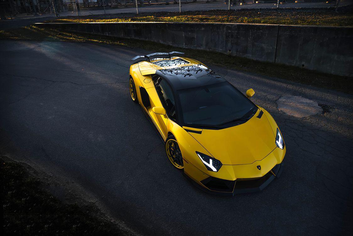 Фото Lamborghini Aventador желтый черная крыша - бесплатные картинки на Fonwall