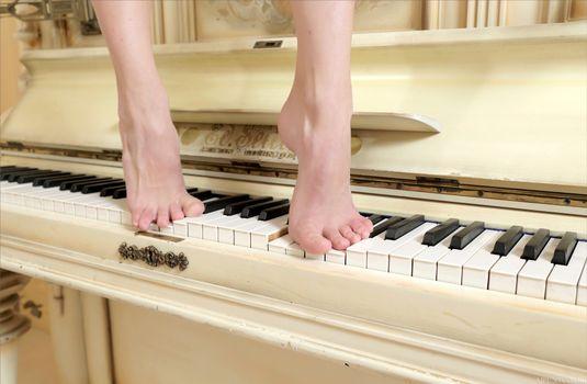 Бесплатные фото жасмин-хан,модель,ноги,изящные ноги,фортепиано,jasmine hane,model,feet,graceful feet,piano