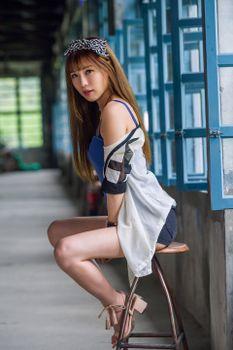 Фото бесплатно настоящие девушки, ноги девушки, взгляд