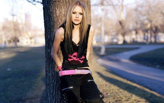 Photo free Avril Lavinge, singer, tree