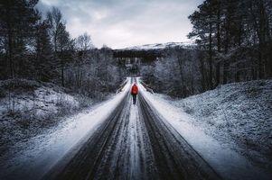 Заставки Northern, Norway, дорога, лес, деревья, девушка, мост, холмы, зима, пейзаж