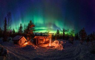 Бесплатные фото ночь,зима,лес,домики,костёр,Северное сияние,пейзаж