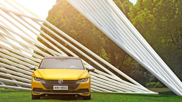 Фото бесплатно Volkswagen CС, желтый, на газоне
