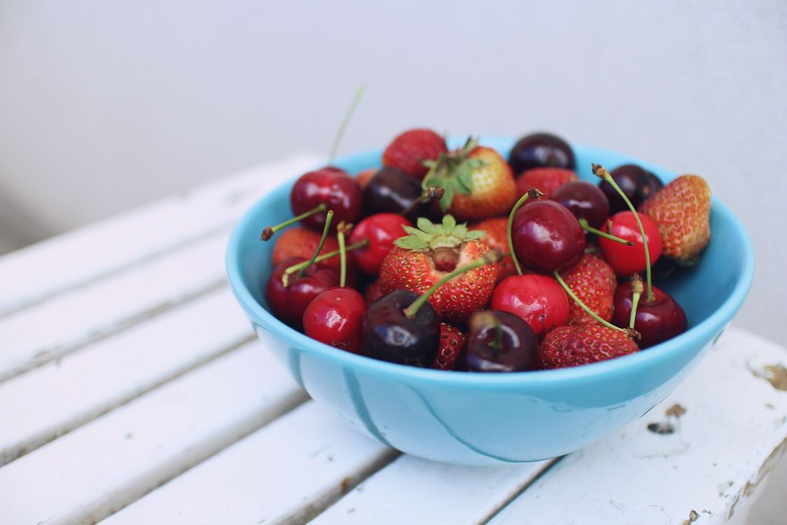 Фото бесплатно вишни, клубника, чаша - на рабочий стол