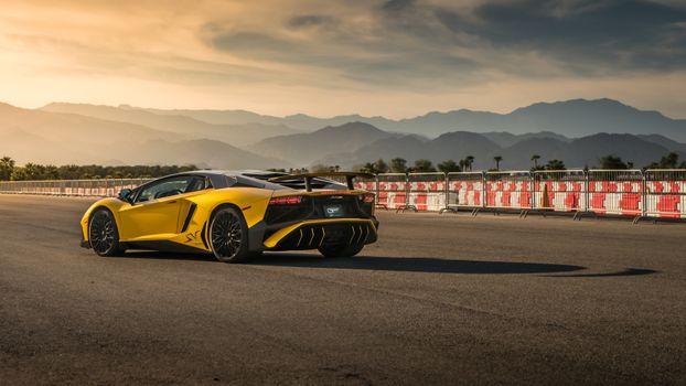 Фото бесплатно Lamborghini Aventador, желтый, трасса