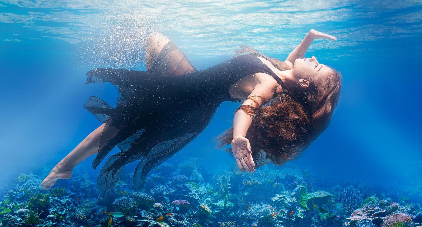 Фото бесплатно женщины, модель, под водой, море, рифы, платье, длинные волосы, девушки