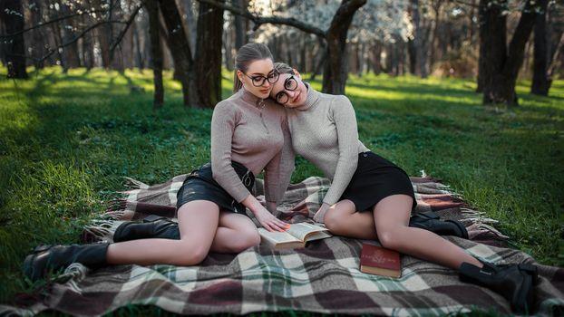 Лили и Даша в парке на отдыхе