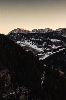 Бесплатные фото пейзаж,облака,снег,лес,туман,на улице,горы,дерево,холм,скала,скалы,закат