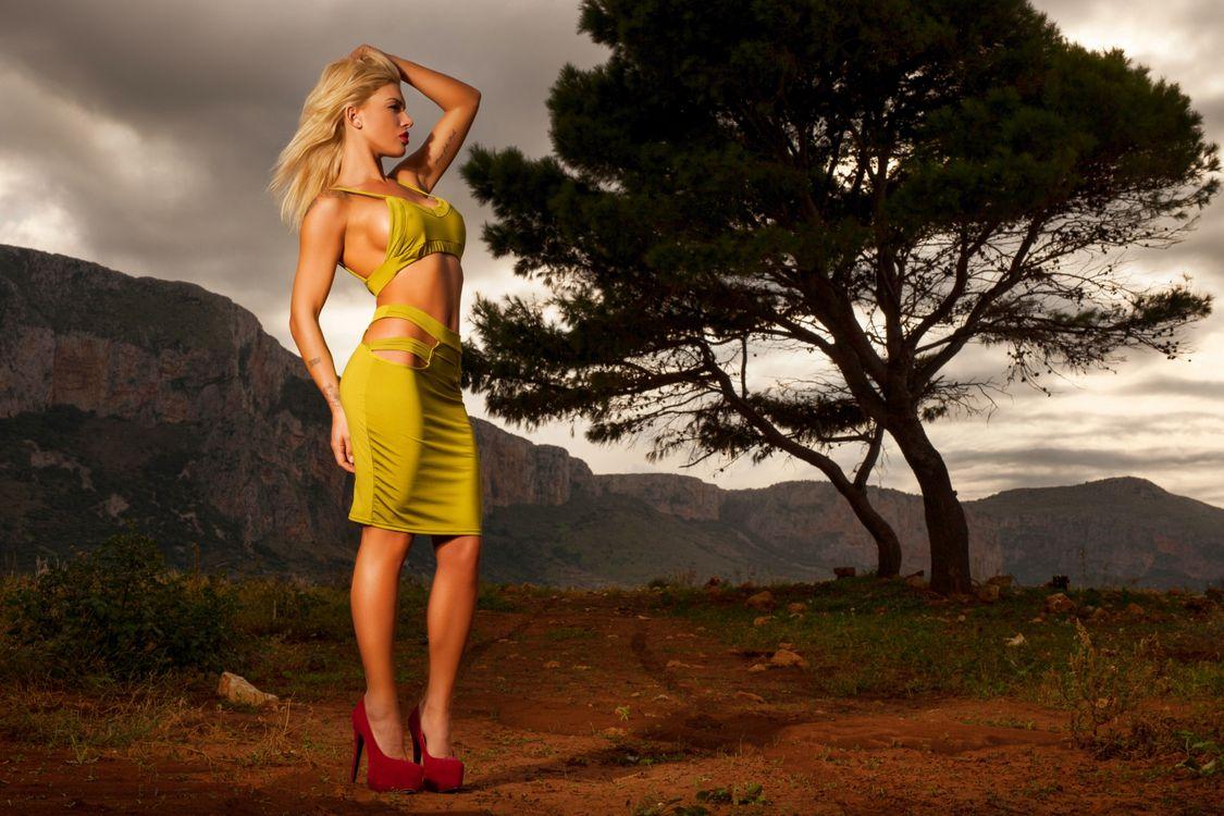 Фото бесплатно brigitta, блондинка, модель, сексуальность, платье, каблуки, стоя, дерево, пейзаж, красные каблуки, девушки