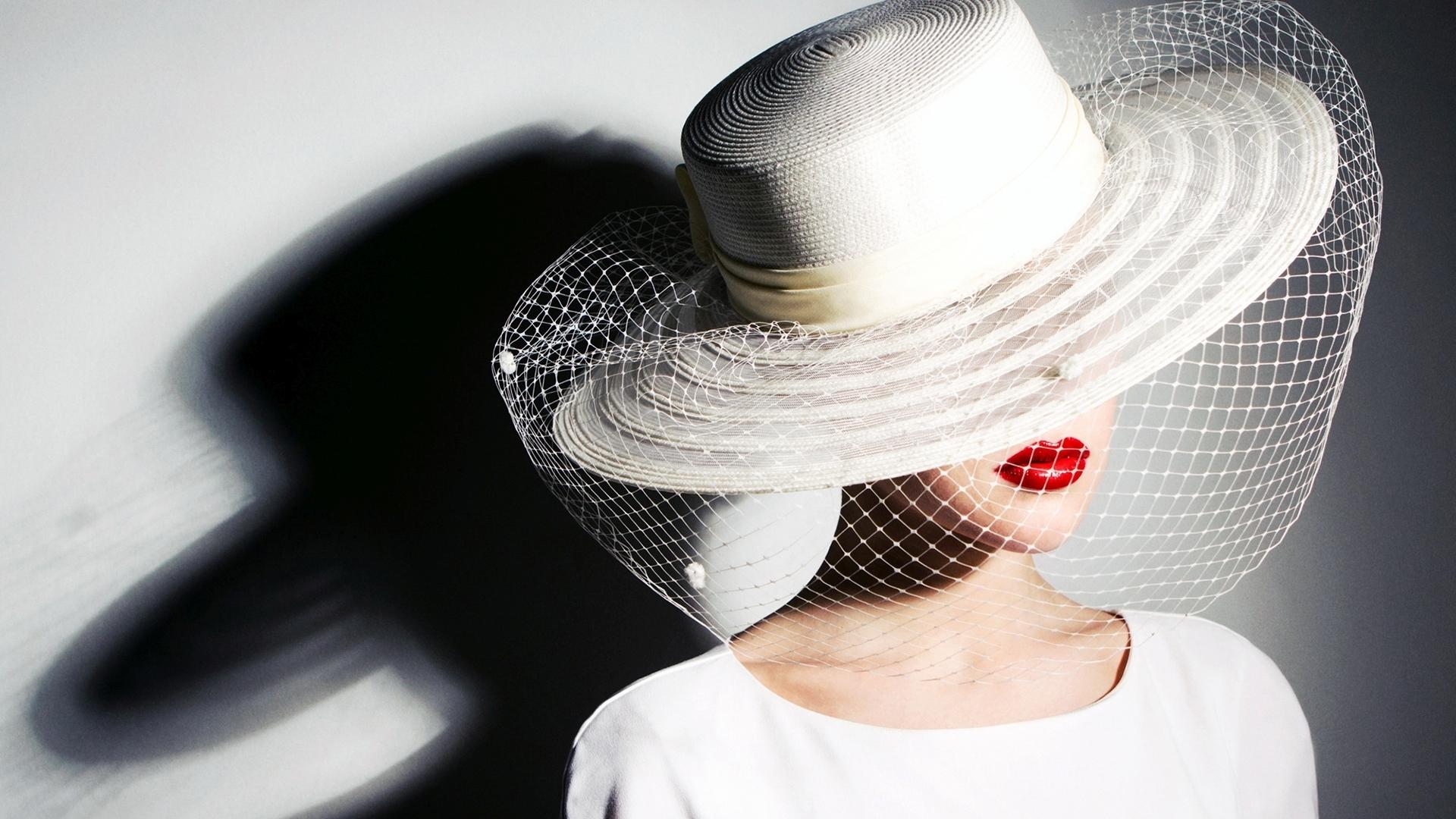 частное фото девушки в шляпках - 9