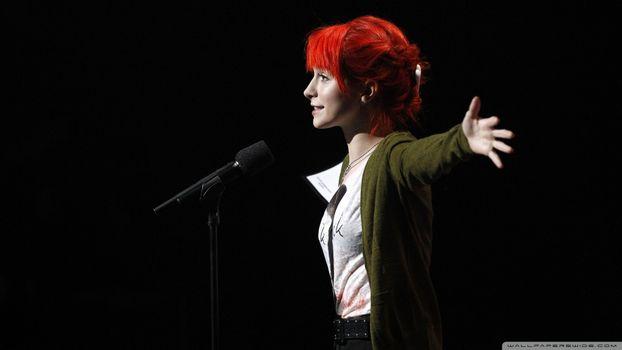 Фото бесплатно Хейли Уильямс, вид с боку, на сцене