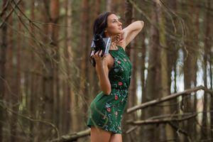 Бесплатные фото женщины,брюнетка,лес,деревья,ствол дерева,met-art,жасмин m