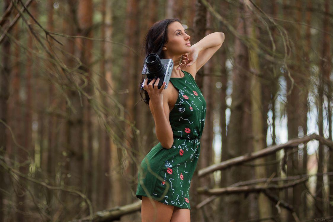 Фото бесплатно женщины, брюнетка, лес, деревья, ствол дерева, met-art, жасмин m, длинные волосы, платье, жасминовый джаз, девушки