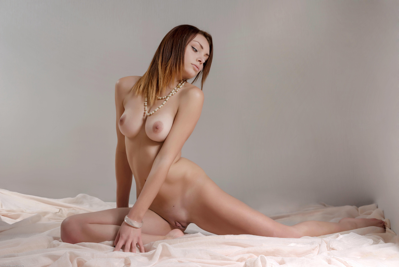 есть две фото женские обнаженные в откровенных позах пухленькими